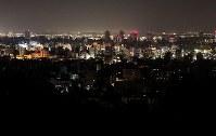 北海道胆振東部地震で、地域によって停電が続く札幌市内=札幌市中央区の旭山記念公園で2018年9月6日午後7時50分、貝塚太一撮影