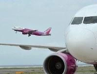 台風21号による浸水被害などで閉鎖されていた関西国際空港で、国内線の運航が一部再開されて飛び立つ旅客機=2018年9月7日午前11時57分、山田尚弘撮影