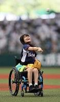 事故で車椅子生活を余儀なくされる中、プロ野球の西武―ロッテ戦で、車椅子に座って始球式をするアイドルグループ「仮面女子」の猪狩ともかさん=メットライフドームで2018年9月9日、玉城達郎撮影