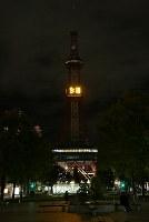 電光時計の時刻表示を再開した「さっぽろテレビ塔」。節電のため日没後のライトアップは当面休止する=札幌市中央区で2018年9月9日午後9時18分、貝塚太一撮影
