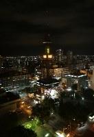 電光時計の時刻表示を再開した「さっぽろテレビ塔」。節電のため日没後のライトアップは当面休止する=札幌市中央区で2018年9月9日午後9時6分、貝塚太一撮影