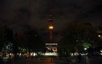 電光時計の時刻表示を再開した「さっぽろテレビ塔」。節電のため日没後のライトアップは当面休止する=札幌市中央区で2018年9月9日午後9時16分、貝塚太一撮影