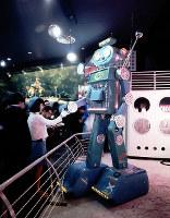 フジパン・ロボット館 無線で動く巨人ロボット=1970年2月27日