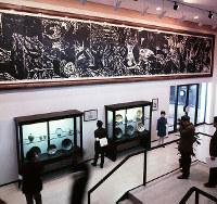 日本民芸館 壁面に棟方志功の大きな版画が展示された第4展示室=1970年3月5日