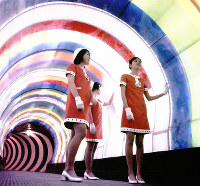 三井グループ館 スペース・シアターへ続く夢幻トンネル=1970年2月25日
