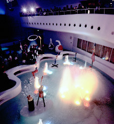 ガス・パビリオン 館内の展示ホールの池にはミロのオブジェが展示されていた=1970年3月7日