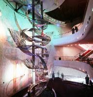 サントリー館 高さ12メートルのステンレス製モニュメント「御酒口(みきぐち)」=1970年3月6日