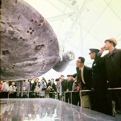 アメリカ館 展示された実物のアポロ8号の指令船に見入る人たち=1970年