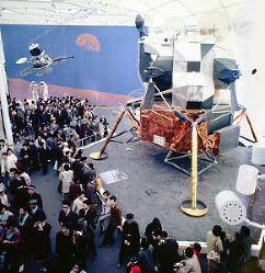 アメリカ館 実物の月面着陸船を囲む人たち=1970年