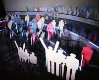 フランス館 観客を迎えるトリコロールカラーのシルエット人形=1970年3月6日