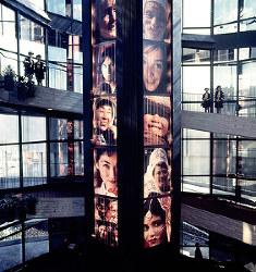 コダック館 世界の人たちがほほ笑む写真が表示される「ほほえみの塔」=1970年3月9日