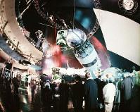 ソ連館 ガガーリンの肖像写真とソユーズ・ロケットや人工衛星の実物が展示された宇宙開発コーナー=1970年