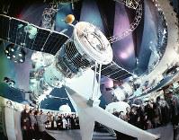 ソ連館 ソユーズ・ロケットや人工衛星の実物が展示された宇宙開発コーナー=1970年