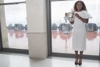 テニスの全米オープン女子シングルス決勝から一夜明け、ドレスアップしてニューヨーク市内で恒例の記念撮影をした大坂なおみ=AP