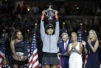 全米オープンで優勝しトロフィーを掲げる大坂なおみ=ニューヨークで2018年9月8日、AP