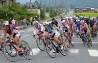 秩父市内の急カーブを加速して疾走する選手たち=2018年9月9日午前11時6分、松山彦蔵撮影
