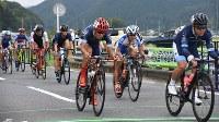 必死に自転車を漕ぐ選手たち=秩父市で2018年9月9日午前10時16分、鈴木拓也撮影
