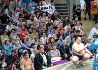 【大相撲秋場所2日目】 稀勢の里(右)の勝利に沸く観客=東京・両国国技館で2018年9月10日、梅村直承撮影