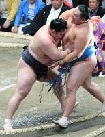 【大相撲秋場所2日目】 豪栄道(左)が玉鷲を寄り切りで降す=東京・両国国技館で2018年9月10日、梅村直承撮影