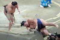 【大相撲秋場所2日目】 白鵬(左)が上手出し投げで勢を降す=東京・両国国技館で2018年9月10日、梅村直承撮影