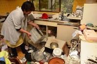 食器や家電、キッチン用品が散乱した山田真知子さん宅の台所。冷蔵庫や棚の中にあった物も飛び出したという=北海道厚真町で2018年9月9日午後4時17分、土江洋範撮影