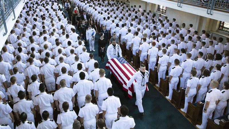米海軍兵学校敷地内のチャペルから運び出されるジョン・マケイン氏のひつぎ=メリーランド州アナポリスで2018年9月2日、AP