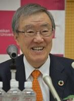 昨年11月の学長就任会見で抱負を語った立命館アジア太平洋大学の出口治明氏。ライフネット生命を創業し、社長、会長を歴任した