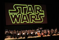 スクリーンの下でオーケストラが演奏するシネマコンサート=Presentation licensed by DISNEY CONCERTS in association with 20th Century Fox, Lucasfilm and Warner/Chappell Music.(c)2018 & TM LUCASFILM LTD. ALL RIGHTS RESERVED (c) DISNEY