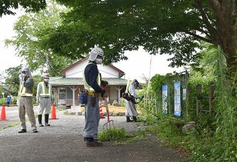 福島県富岡町で復興拠点整備のため除染作業を進める作業員=岸慶太撮影