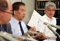 最高裁での審問後、記者会見でSNSの書き込みが書かれた紙を示す岡口基一裁判官(中央)=東京・霞が関の司法記者クラブで2018年9月11日午後5時48分、小川昌宏撮影