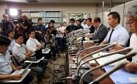 最高裁での審問後、記者会見に臨む岡口基一裁判官(右から2人目)=東京・霞が関の司法記者クラブで2018年9月11日午後4時57分、小川昌宏撮影