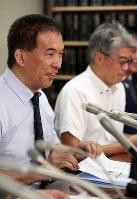 最高裁での審問後、記者会見で笑顔を見せる岡口基一裁判官(左)=東京・霞が関の司法記者クラブで2018年9月11日午後5時51分、小川昌宏撮影