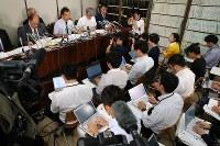 最高裁での審問後、記者会見する岡口基一裁判官(奥前列左から2人目)=東京・霞が関の司法記者クラブで2018年9月11日午後5時9分、小川昌宏撮影
