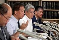 最高裁での審問後、記者会見する岡口基一裁判官(左から2人目)=東京・霞が関の司法記者クラブで2018年9月11日午後5時11分、小川昌宏撮影