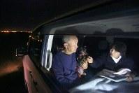 地震で自宅が激しく損壊した伊藤純二さん(66)=左=夫婦は、ペットを飼っているため避難所には入らず、車中泊をしている。避難所で水や食料を受け取って屋外で食事をとり、夜は車の中で寝る。「これからの寒さが一番の不安。外で食事するのも寒くて厳しくなる」=北海道厚真町で2018年9月11日午後7時52分、和田大典撮影