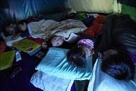 自宅近くのキャンプ場に張ったテントで寝る家族連れ。余震も心配して、倒れてくるものがないキャンプ場に就寝時のみ来ている=北海道千歳市で2018年9月10日午後8時33分、山崎一輝撮影