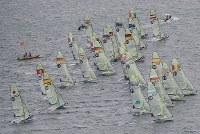 セーリングのワールドカップが開幕し、一斉にスタートする選手たち=相模湾で2018年9月11日午前11時12分、本社ヘリから佐々木順一撮影