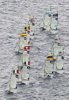 セーリングのワールドカップが開幕し、一斉にスタートする選手たち=相模湾で2018年9月11日午前11時13分、本社ヘリから佐々木順一撮影