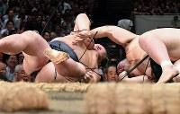 稀勢の里(左)が突き落としで豊山を降す=東京・両国国技館で2018年9月11日、宮間俊樹撮影