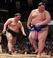 豪栄道(左)が押し出しで逸ノ城を降す=東京・両国国技館で2018年9月11日、宮間俊樹撮影