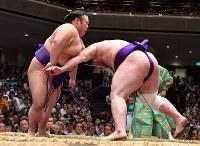 貴景勝(左)が引き落としで栃ノ心を破る=東京・両国国技館で2018年9月11日、宮間俊樹撮影
