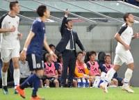 【日本―コスタリカ】前半、声を出す森保監督=パナソニックスタジアム吹田で2018年9月11日、小出洋平撮影