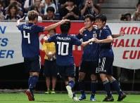 【日本―コスタリカ】後半、ゴールを決め喜ぶ南野(右から2人目)ら=パナソニックスタジアム吹田で2018年9月11日、小出洋平撮影