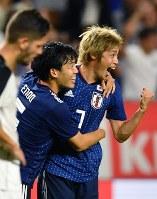 【日本―コスタリカ】後半、ゴールを決めて喜ぶ伊東(右端)=パナソニックスタジアム吹田で2018年9月11日、猪飼健史撮影
