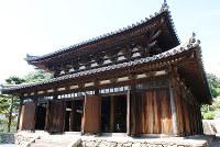 晩夏の青空にひさしの反りが美しい=和歌山県海南市下津町梅田で