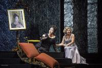 エリザベッタ(左)とエボリ公女=ボローニャ市立劇場の「ドン・カルロ」で  (c)Rocco Casaluci