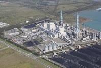 Hokkaido Electric Power Co.'s Tomato-Atsuma thermal power plant in the Hokkaido prefectural town of Atsuma is pictured from a Mainichi Shimbun aircraft on Sept. 6, 2018. (Mainichi)