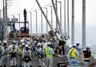 損傷した橋桁を撤去するための作業が続く連絡橋=関西国際空港で2018年9月12日午前11時10分、幾島健太郎撮影