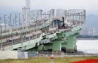 損傷した橋桁を撤去するための作業が続く連絡橋=関西国際空港で2018年9月12日午後0時7分、幾島健太郎撮影