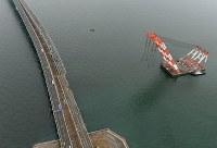 橋桁の撤去作業が始まった関西国際空港の連絡橋=2018年9月12日午前11時8分、本社ヘリから小松雄介撮影